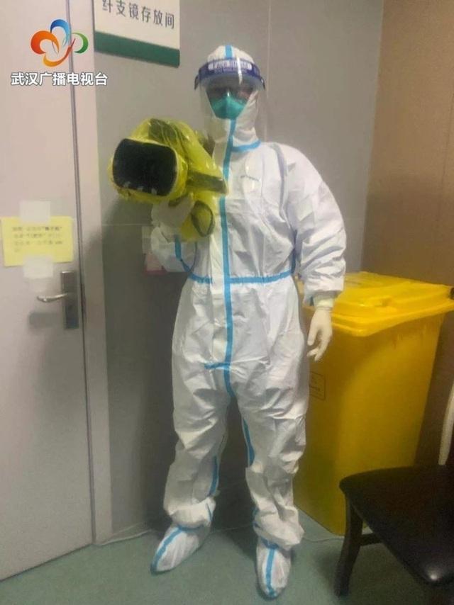 Bác sĩ, y tá trong tâm dịch Vũ Hán: Không ai dám đi vệ sinh, người gục ngã vì nhiễm bệnh, người xin được về nhà - Ảnh 3.