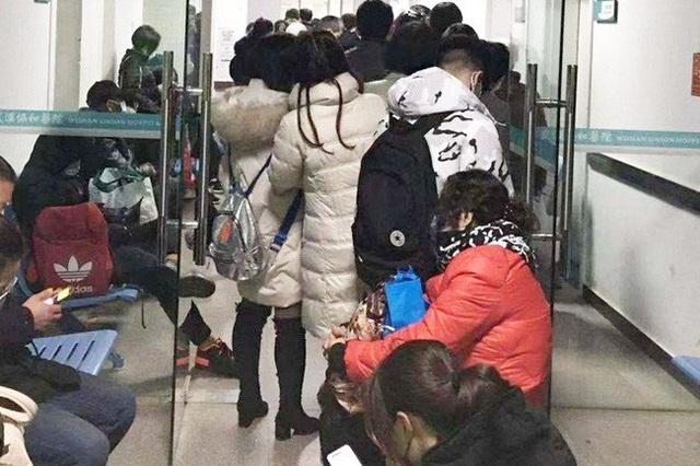 """Bệnh viện Vũ Hán thất thủ ngày Tết: Khung cảnh như """"ngày tận thế"""", người dân quỳ gối xin được chữa trị và những thi thể bị bỏ lại - Ảnh 1."""