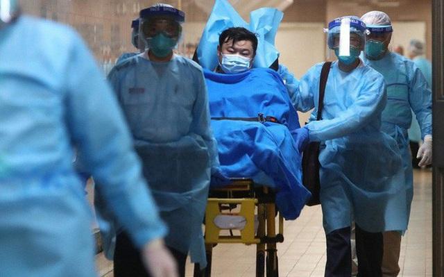 """Bệnh viện Vũ Hán thất thủ ngày Tết: Khung cảnh như """"ngày tận thế"""", người dân quỳ gối xin được chữa trị và những thi thể bị bỏ lại - Ảnh 4."""