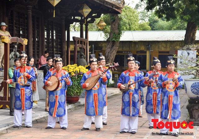 Du khách thích thú xem lễ Hạ Nêu, khai ấn cung chúc tân xuân tại Đại Nội Huế - Ảnh 4.