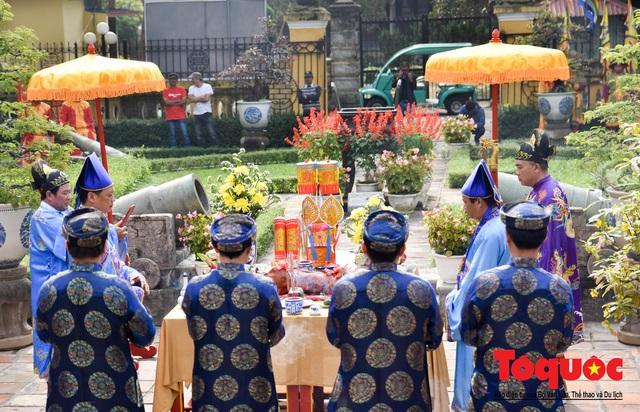 Du khách thích thú xem lễ Hạ Nêu, khai ấn cung chúc tân xuân tại Đại Nội Huế - Ảnh 3.