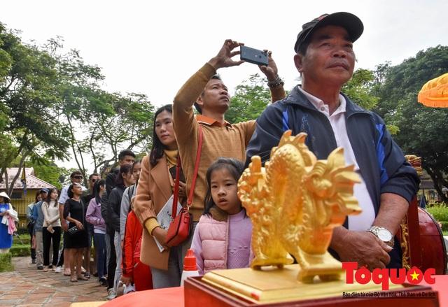 Du khách thích thú xem lễ Hạ Nêu, khai ấn cung chúc tân xuân tại Đại Nội Huế - Ảnh 9.