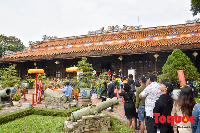Du khách thích thú xem lễ Hạ Nêu, khai ấn cung chúc tân xuân tại Đại Nội Huế - Ảnh 2.