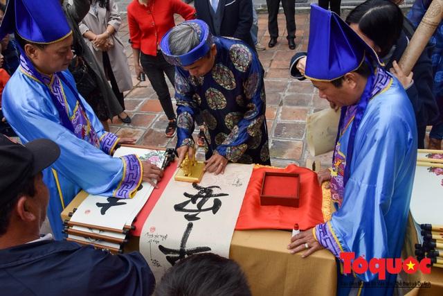 Du khách thích thú xem lễ Hạ Nêu, khai ấn cung chúc tân xuân tại Đại Nội Huế - Ảnh 6.