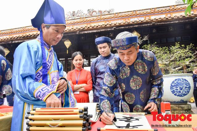 Du khách thích thú xem lễ Hạ Nêu, khai ấn cung chúc tân xuân tại Đại Nội Huế - Ảnh 8.