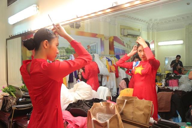 """Dàn nghệ sĩ, diễn viên hào hứng chuẩn bị trước giờ diễn chương trình """"Vang mãi giai điệu Tổ Quốc"""" - Ảnh 7."""