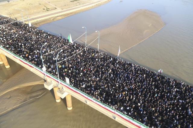 """""""Lạnh người"""" hình ảnh hàng triệu người trút giận dữ vào nước Mỹ tại đám tang tướng Iran bị ám sát - Ảnh 4."""