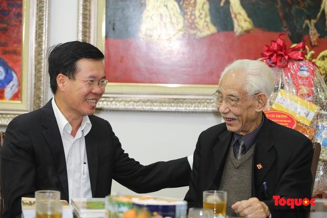Trưởng Ban Tuyên giáo Trung ương Võ Văn Thưởng đánh giá cao những đóng góp của họa sĩ Trần Khánh Chương  - Ảnh 1.