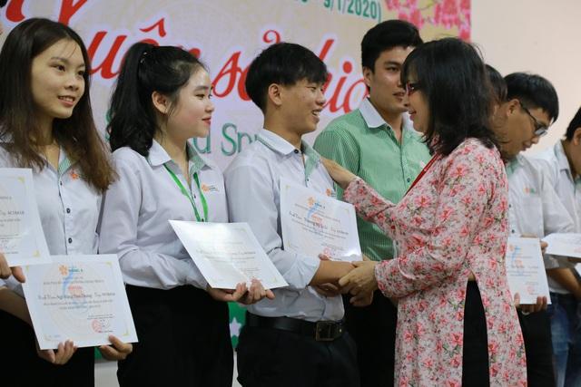 """""""Xuân sẻ chia"""" mang 238 vé xe Tết đến sinh viên khó khăn 16 tỉnh miền Trung - Ảnh 1."""