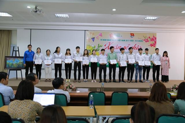 """""""Xuân sẻ chia"""" mang 238 vé xe Tết đến sinh viên khó khăn 16 tỉnh miền Trung - Ảnh 2."""