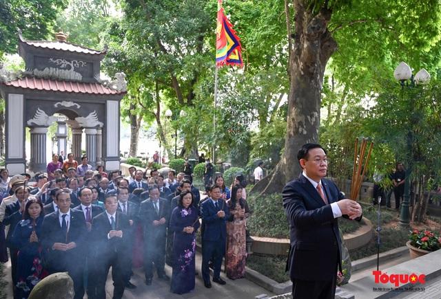 Lãnh đạo Hà Nội dâng hương tưởng niệm các vị liệt tổ, liệt tông, Chủ tịch Hồ Chí Minh và các Anh hùng liệt sĩ - Ảnh 8.