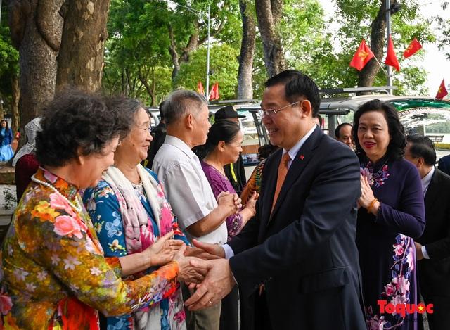 Lãnh đạo Hà Nội dâng hương tưởng niệm các vị liệt tổ, liệt tông, Chủ tịch Hồ Chí Minh và các Anh hùng liệt sĩ - Ảnh 11.