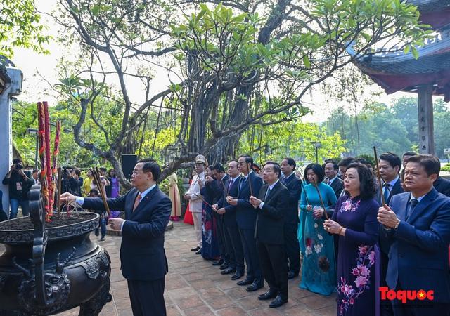 Lãnh đạo Hà Nội dâng hương tưởng niệm các vị liệt tổ, liệt tông, Chủ tịch Hồ Chí Minh và các Anh hùng liệt sĩ - Ảnh 6.