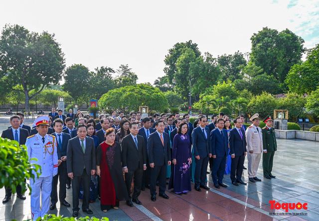 Lãnh đạo Hà Nội dâng hương tưởng niệm các vị liệt tổ, liệt tông, Chủ tịch Hồ Chí Minh và các Anh hùng liệt sĩ - Ảnh 10.
