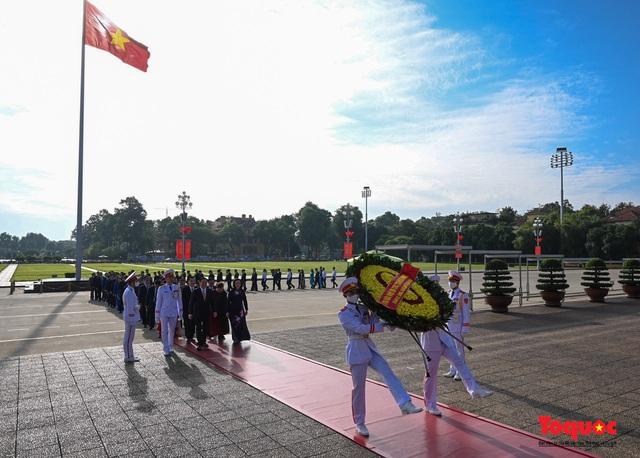 Lãnh đạo Hà Nội dâng hương tưởng niệm các vị liệt tổ, liệt tông, Chủ tịch Hồ Chí Minh và các Anh hùng liệt sĩ - Ảnh 9.