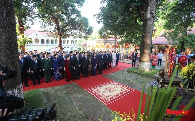 Lãnh đạo Hà Nội dâng hương tưởng niệm các vị liệt tổ, liệt tông, Chủ tịch Hồ Chí Minh và các Anh hùng liệt sĩ - Ảnh 1.