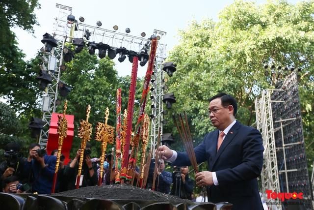 Lãnh đạo Hà Nội dâng hương tưởng niệm các vị liệt tổ, liệt tông, Chủ tịch Hồ Chí Minh và các Anh hùng liệt sĩ - Ảnh 5.