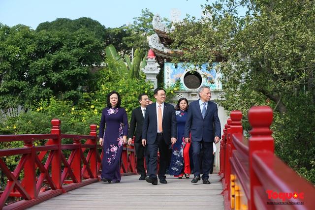 Lãnh đạo Hà Nội dâng hương tưởng niệm các vị liệt tổ, liệt tông, Chủ tịch Hồ Chí Minh và các Anh hùng liệt sĩ - Ảnh 7.