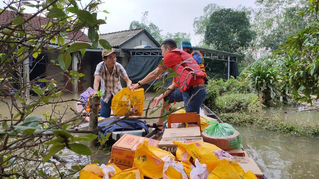 Trao tặng 500 phần quà hỗ trợ bà con vùng lũ Thừa Thiên – Huế - Ảnh 1.