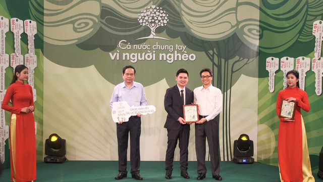 CLB bóng đá Hà Nội ủng hộ 1 tỷ đồng cho Quỹ Vì người nghèo - Ảnh 1.