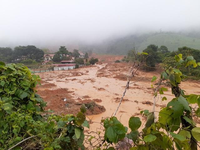 Sạt lở núi nghiêm trọng ở Quảng Trị: Đã tìm thấy những thi thể đầu tiên - Ảnh 1.