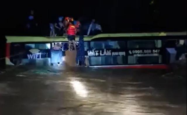 Nghẹt thở giải cứu 18 người mắc kẹt trên xe khách bị lũ cuốn trong đêm  - Ảnh 1.