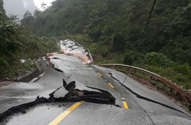 Quảng Bình: Sạt lở núi vùi lấp đồn Biên phòng, xé toạc quốc lộ 12A - Ảnh 3.