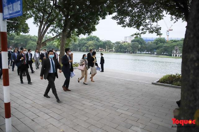 Thủ tướng Nhật Bản tản bộ Hồ Hoàn Kiếm, vẫy tay chào người dân thủ đô - Ảnh 1.