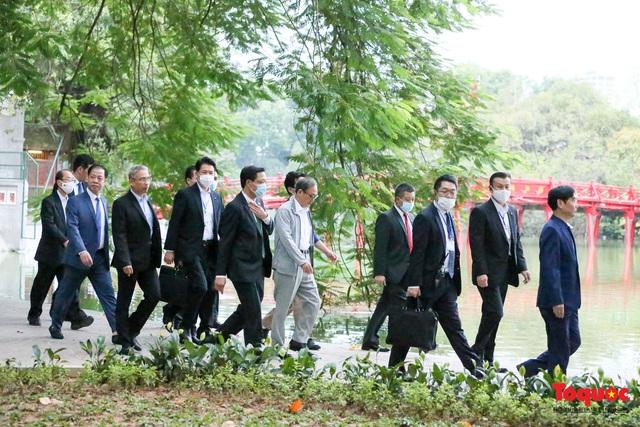 Thủ tướng Nhật Bản tản bộ Hồ Hoàn Kiếm, vẫy tay chào người dân thủ đô - Ảnh 8.