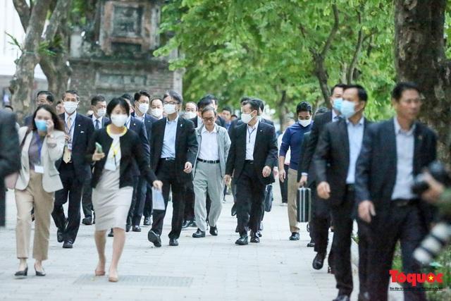 Thủ tướng Nhật Bản tản bộ Hồ Hoàn Kiếm, vẫy tay chào người dân thủ đô - Ảnh 7.