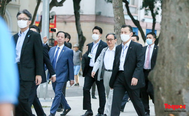 Thủ tướng Nhật Bản tản bộ Hồ Hoàn Kiếm, vẫy tay chào người dân thủ đô - Ảnh 5.