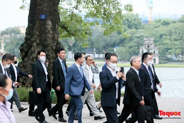 Thủ tướng Nhật Bản tản bộ Hồ Hoàn Kiếm, vẫy tay chào người dân thủ đô - Ảnh 2.