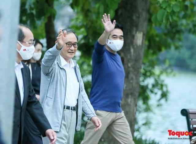 Thủ tướng Nhật Bản tản bộ Hồ Hoàn Kiếm, vẫy tay chào người dân thủ đô - Ảnh 3.
