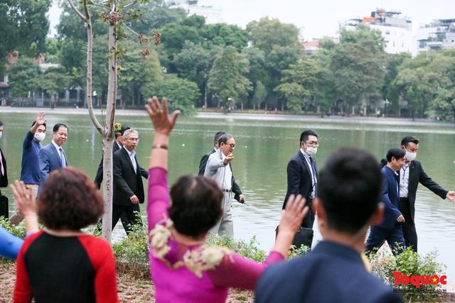 Thủ tướng Nhật Bản tản bộ Hồ Hoàn Kiếm, vẫy tay chào người dân thủ đô - Ảnh 4.