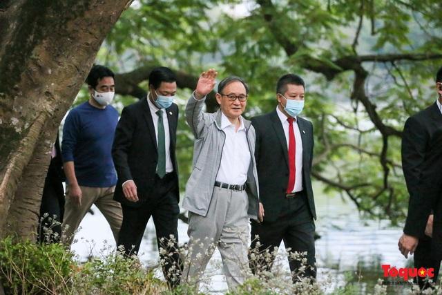 Thủ tướng Nhật Bản tản bộ Hồ Hoàn Kiếm, vẫy tay chào người dân thủ đô - Ảnh 6.