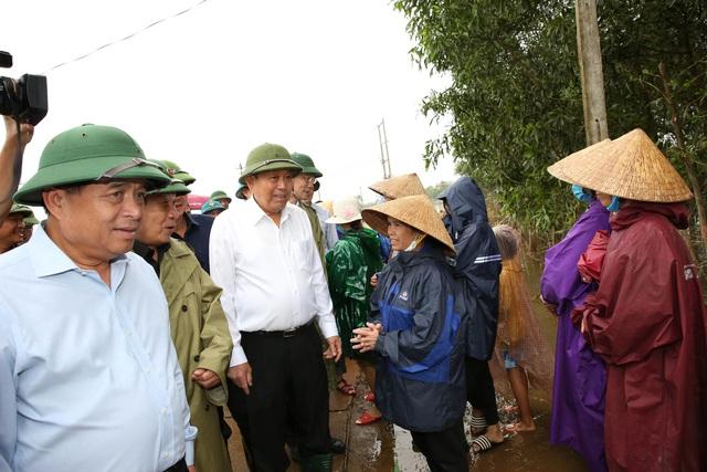 Phó Thủ tướng: Khẩn trương khôi phục sản xuất, sớm đưa cuộc sống của người dân trở lại bình thường - Ảnh 1.