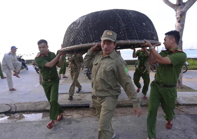 Người dân Đà Nẵng hối hả ứng phó bão số 9 - Ảnh 3.