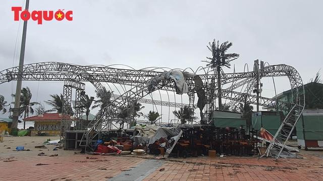 Hình ảnh Đà Nẵng sau bão số 9, nhiều cây xanh ngã đổ la liệt - Ảnh 11.