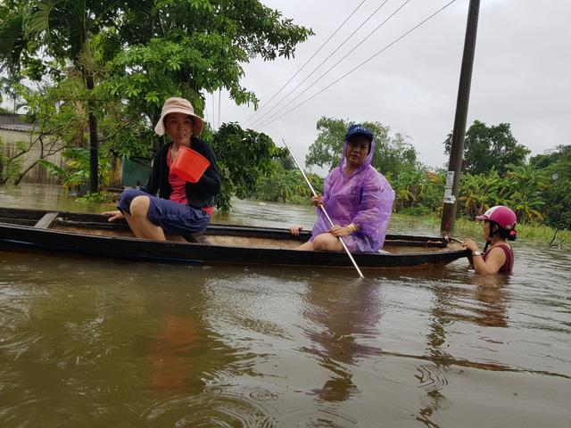 Nhiều nhà dân ở Đà Nẵng ngập sâu, người dân phải di chuyển bằng ghe - Ảnh 11.