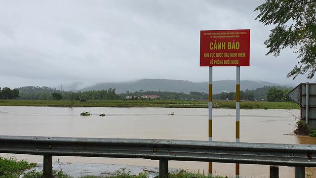 Nhiều nhà dân ở Đà Nẵng ngập sâu, người dân phải di chuyển bằng ghe - Ảnh 16.