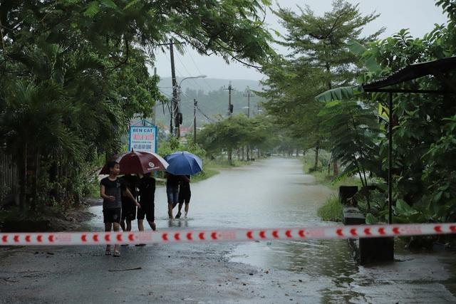 Nhiều nhà dân ở Đà Nẵng ngập sâu, người dân phải di chuyển bằng ghe - Ảnh 17.