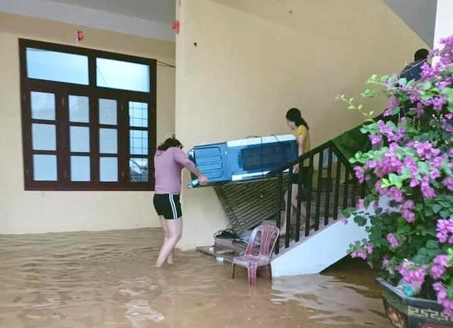Từ Quảng Bình đến Quảng Ngãi tiếp tục có mưa to, nhiều nơi cho học sinh nghỉ học - Ảnh 2.