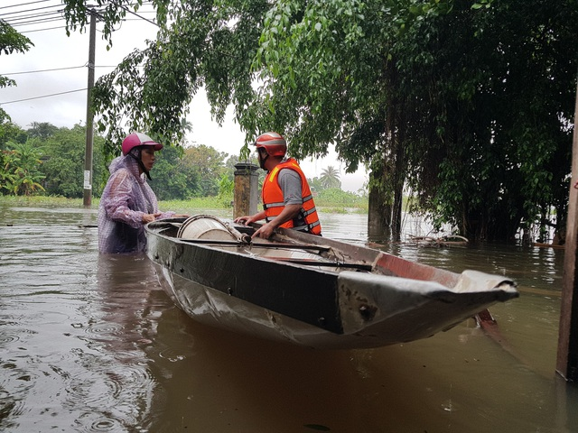 Nhiều nhà dân ở Đà Nẵng ngập sâu, người dân phải di chuyển bằng ghe - Ảnh 12.