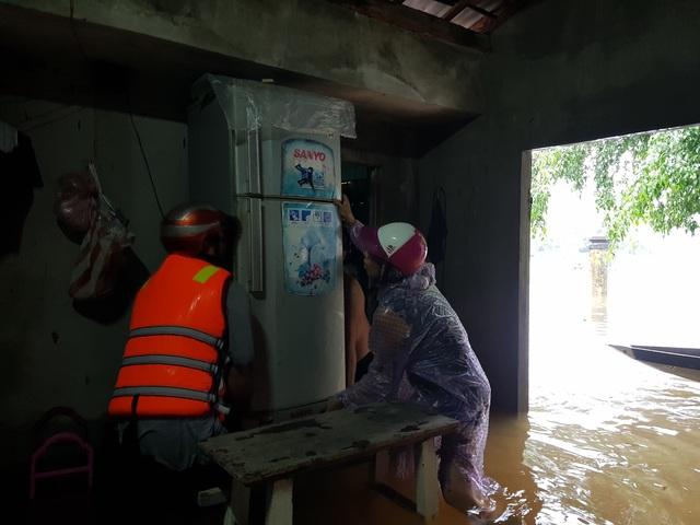Nhiều nhà dân ở Đà Nẵng ngập sâu, người dân phải di chuyển bằng ghe - Ảnh 7.