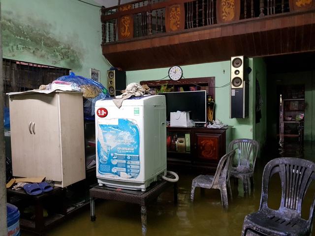 Nhiều nhà dân ở Đà Nẵng ngập sâu, người dân phải di chuyển bằng ghe - Ảnh 8.