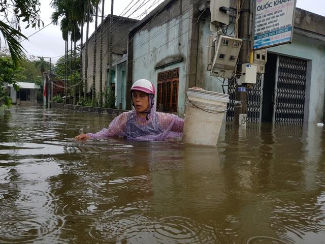 Nhiều nhà dân ở Đà Nẵng ngập sâu, người dân phải di chuyển bằng ghe - Ảnh 4.