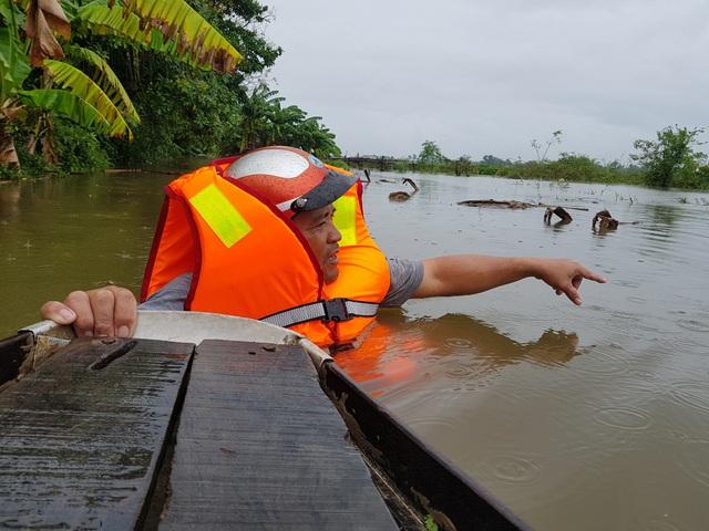 Nhiều nhà dân ở Đà Nẵng ngập sâu, người dân phải di chuyển bằng ghe - Ảnh 2.