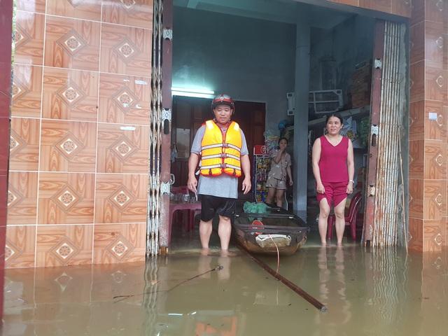 Nhiều nhà dân ở Đà Nẵng ngập sâu, người dân phải di chuyển bằng ghe - Ảnh 9.