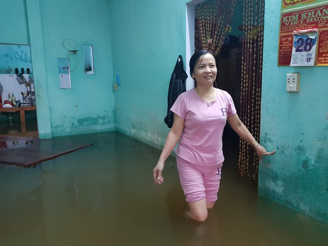 Nhiều nhà dân ở Đà Nẵng ngập sâu, người dân phải di chuyển bằng ghe - Ảnh 10.