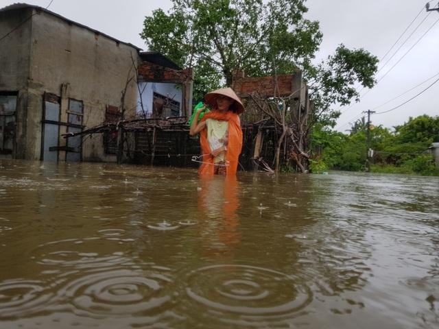Nhiều nhà dân ở Đà Nẵng ngập sâu, người dân phải di chuyển bằng ghe - Ảnh 14.